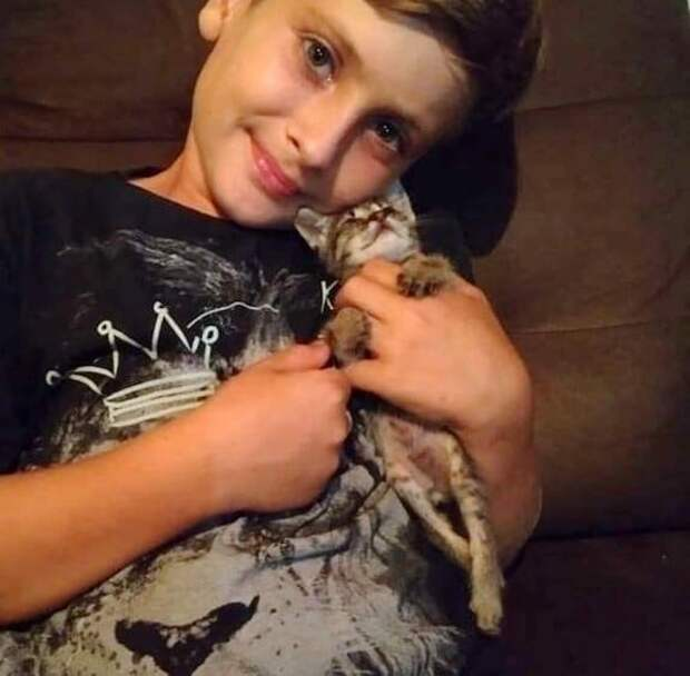 мальчик с котенком