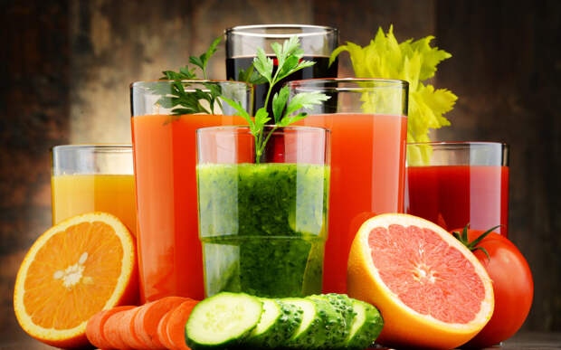 Свежевыжатые соки:  чем они полезны и кому их пить противопоказано?
