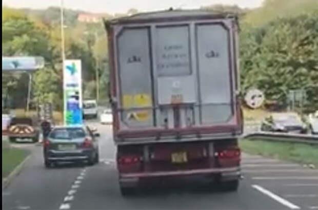 Водители устроили дорожную разборку, кидая в машины кирпич