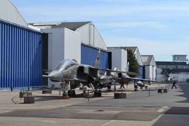 Носовую часть учебного «Ягуара» В «украшает» мощная труба выдвижной (телескопической) штанги дозаправки топливом в полете. Самолет мог принимать топливо от танкеров Boeing KC-135F, которые были куплены для ВВС Франции в США