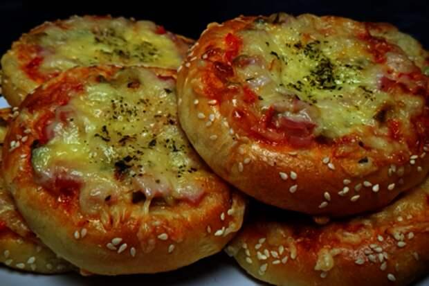 Фото к рецепту: Школьная пицца по-домашнему
