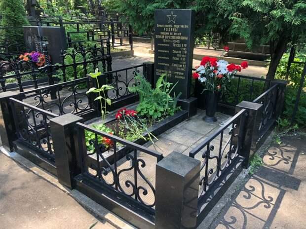 В Марфине возложили цветы к братской могиле