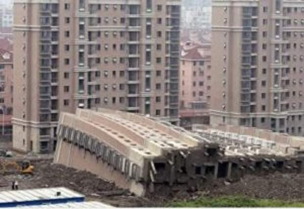 В Китае рухнул семиэтажный дом, под завалами оказались люди