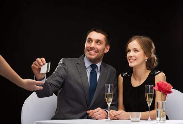 мужчина платит картой в ресторане
