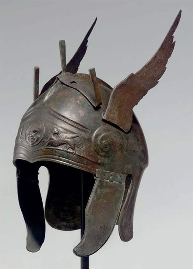 Поздний греческий шлем аттического типа, с бронзовыми крыльями и держателем для тройного султана