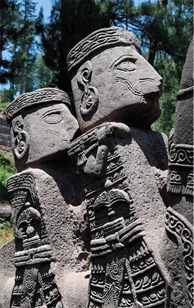 Плоско срезанные затылки у всех изображений мужчин, вероятно, отражают характерную антропологическую особенность населения – так называемую кольцевую, или лобно-затылочную деформацию. В скульптуре конского снаряжения – тщательно проработанные большие круглые псалии, к которым с помощью скреп прикреплены ремни оголовья и повода. Упряжь каменных коней украшена круглыми фаларами с изображениями многолепесткового цветка (предположительно лотоса)