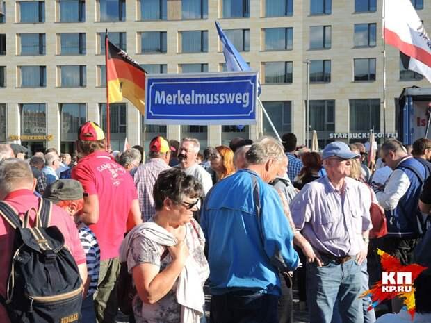 """Плакат """"Меркель должна уйти"""". Фото: Дарья АСЛАМОВА"""