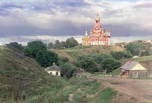 Общий вид на Можайский Николаевский собор с юго-западной части города в 1911 году. (Prokudin-Gorskii Collection/LOC) империя., путешествия, цветное фото