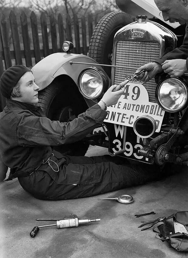 Китти Брунелл работает над автомобилем Singer Junior 848 cc на ралли в Монте-Карло, январь 1928 года 20 век, автомеханик, женщина 20 век, женщина и авто, женщина и машина, механики, ретро фото, старые фото
