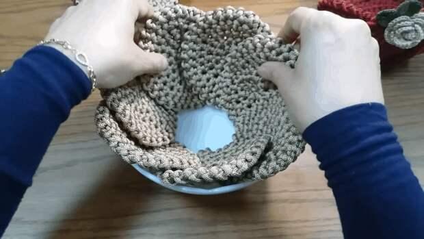 Эффектная декоративная корзинка: простое вязание с необычной сборкой