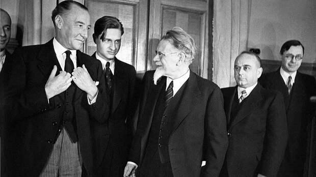 Даже во время вручения верительных грамот «всесоюзному старосте» М.И.Калинину (на фото — в центре) посол Керр (на фото — второй слева от Калинина) не оставался без присмотра. Замнаркома иностранных дел В.Г.Деканозов (на фото — справа от Калинина) имел звание комиссара государственной безопасности 3-го ранга