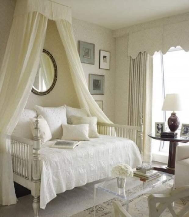 Отделка комнаты в светлых тонах и правильно подобранное освещение поможет визуально расширить пространство вашей спальни.