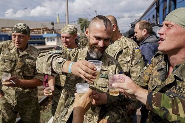 Украинских солдат избивают и кусают за нос