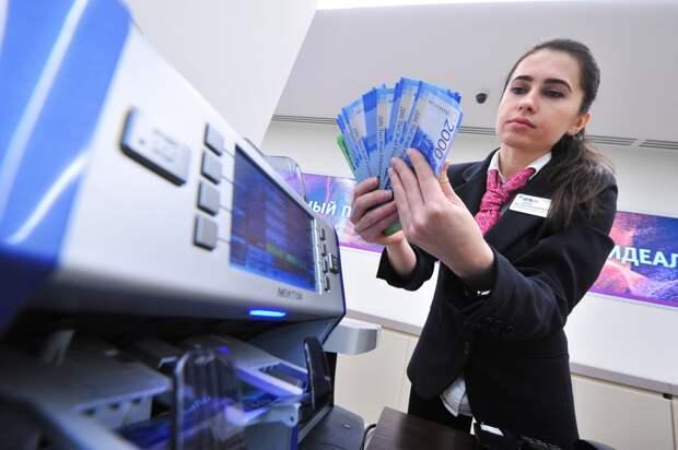 Россиян предупредили о навязывании сомнительных продуктов в банках