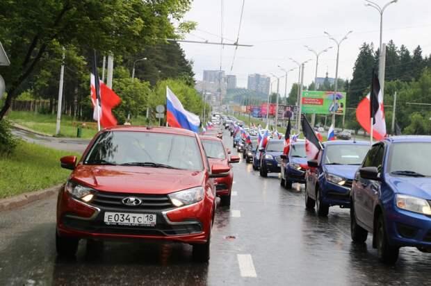В Ижевске 60 машин выстроились в цвета российского флага
