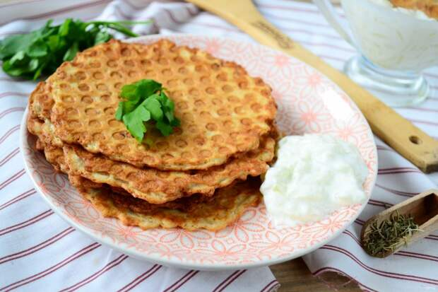 Как приготовит картофельные вафли сгрибным соусом