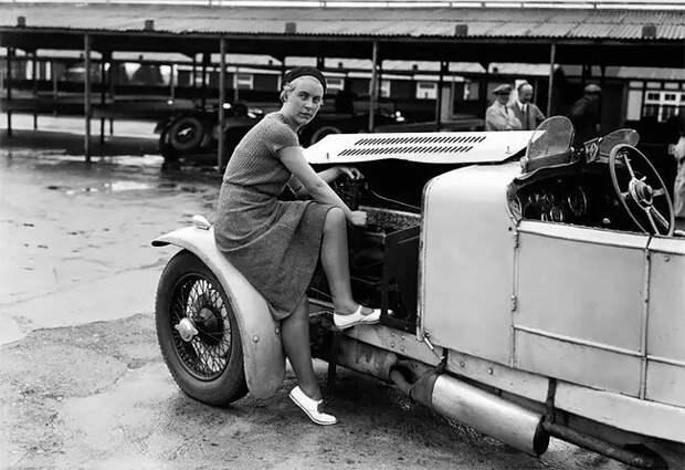 Китти Брунелл настраивает двигатель своей машины AC Ace Sports, 1932 г. 20 век, автомеханик, женщина 20 век, женщина и авто, женщина и машина, механики, ретро фото, старые фото