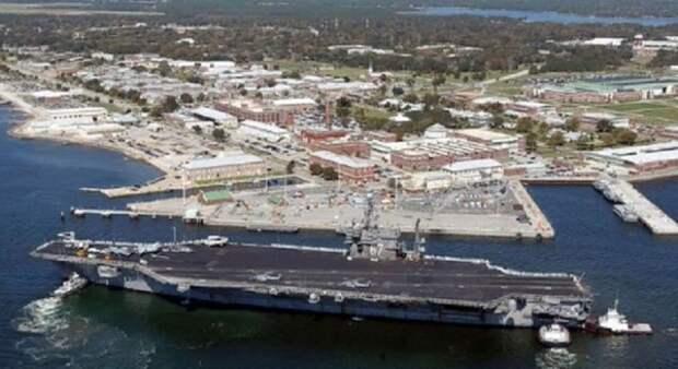 Четыре человека погибли при стрельбе на авиабазе ВМС США