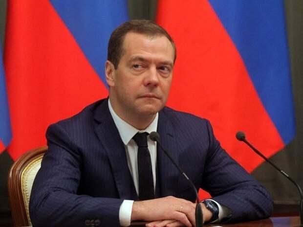 Медведев допустил отключение интернета