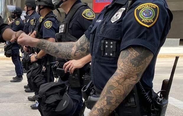ВСША нашли копа, расписанного типично русскими татуировками