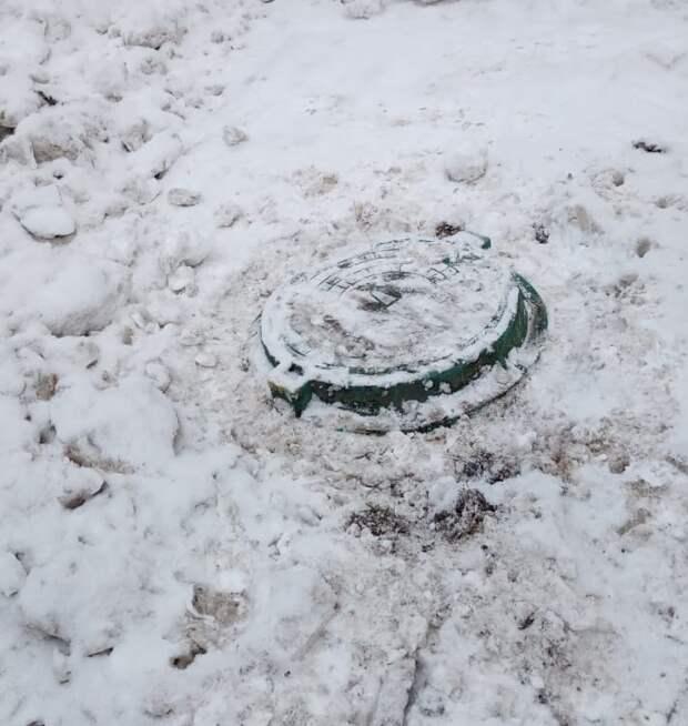 Коммунальщики закрыли канализационный люк на Малой Ботанической