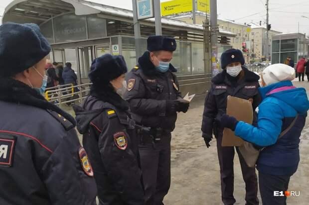 К пенсионерке подошли четверо полицейских
