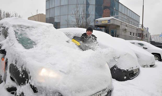 Россиянам рассказали, как лучше очищать машину от снега