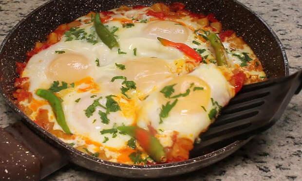Жарим картошку, а через 5 минут разбиваем внутрь яйца: завтрак, обед и ужин в одном блюде