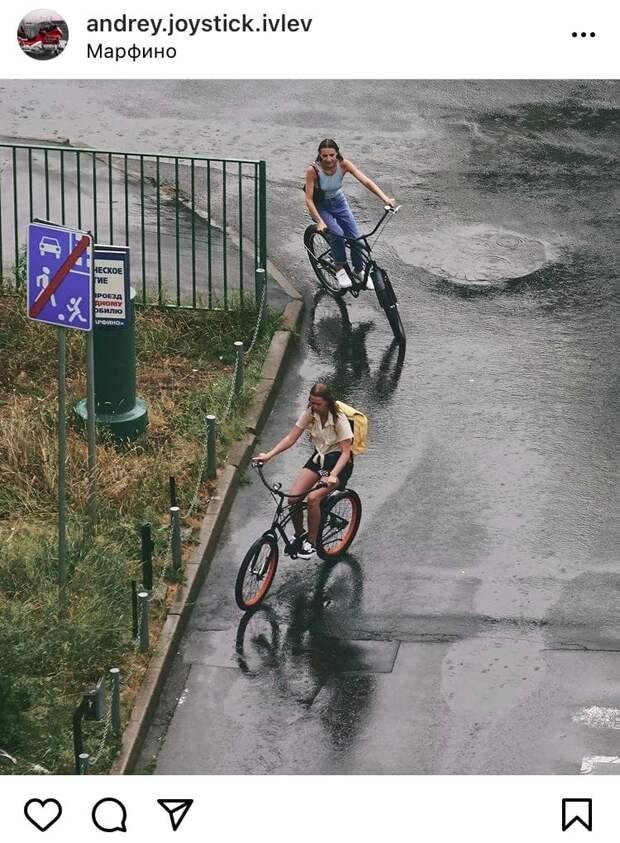 Фото дня: велосипедисты из Марфина прокатились под дождем