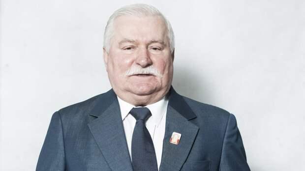 Лех Валенса объяснил, почему в Польше сносят памятники советским солдатам