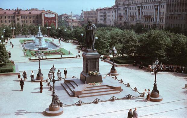 Традиционное место встреч влюбленных -- у памятника Пушкина. За шестьдесят с лишним лет ничего не изменилось :)