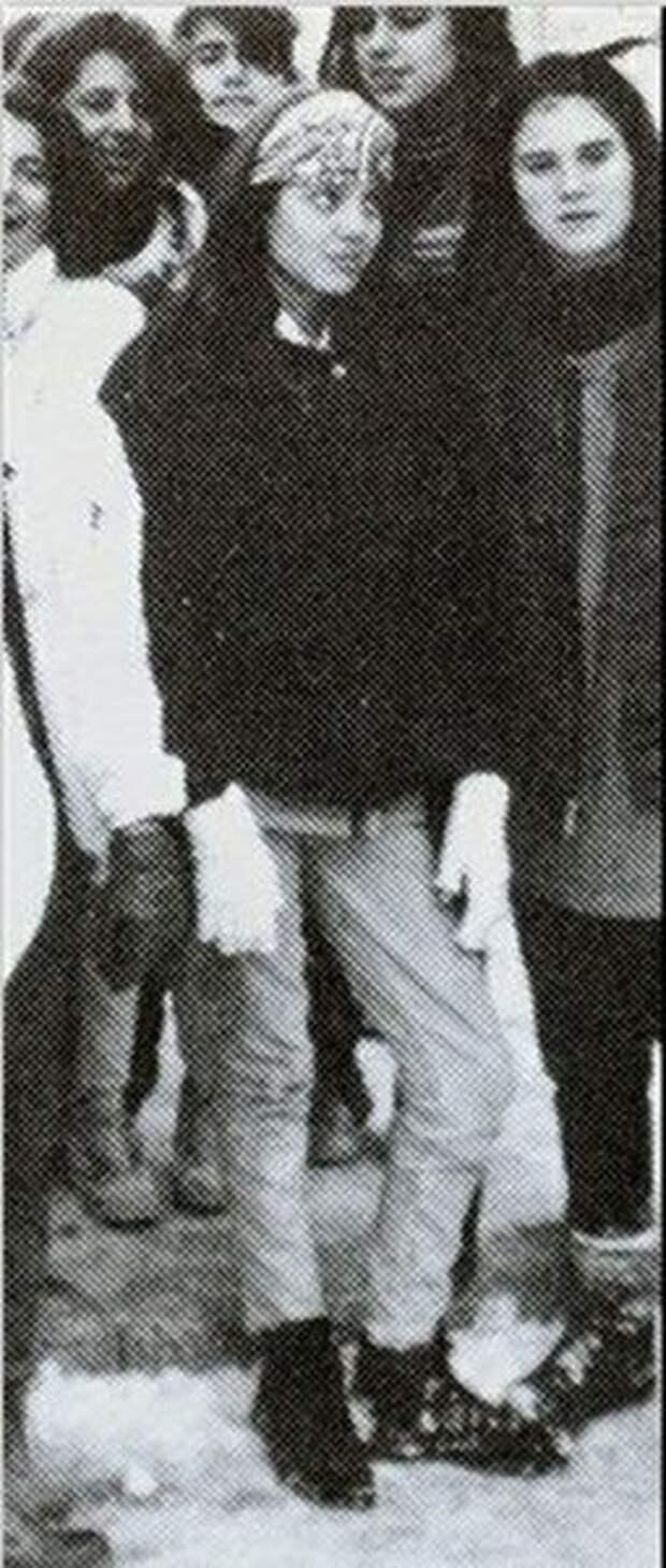 Анджелина Джоли с классом (фотография конца 1980-х)