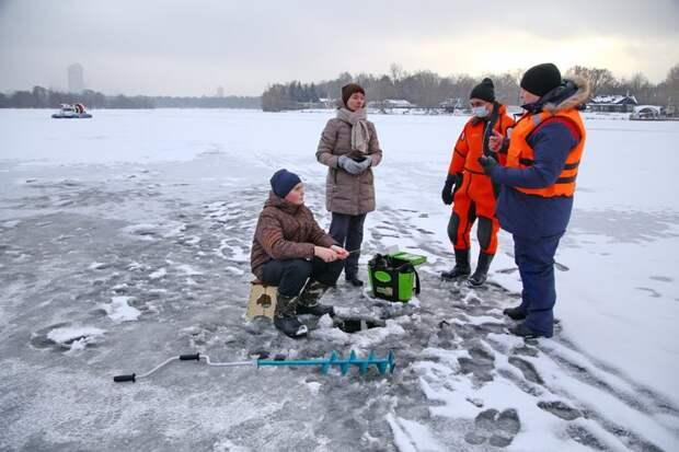 Спасатели проводят рейды и профилактические беседы на водоемах столицы