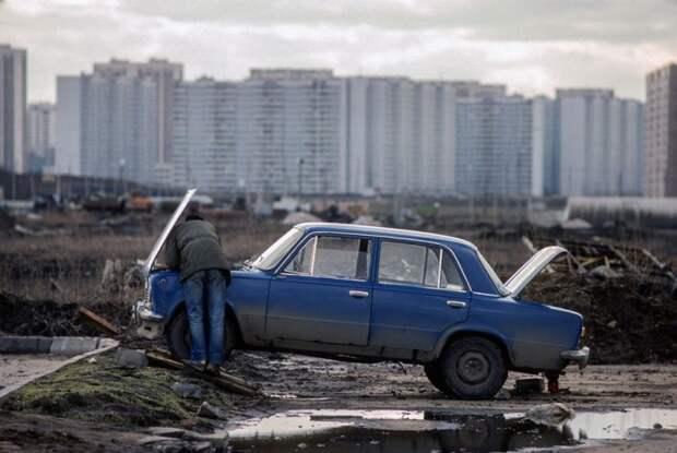 Ремонт автомобиля своими руками. СССР, Подмосковье, 1989 год. Автор фотографии: Chris Niedenthal.