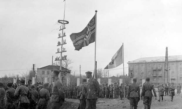 Немецко-фашистские оккупанты празднуют 1 мая. 1942 год