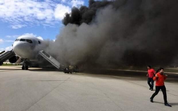 Самолет сболельщиками изПеру задымился перед посадкой вМоскве