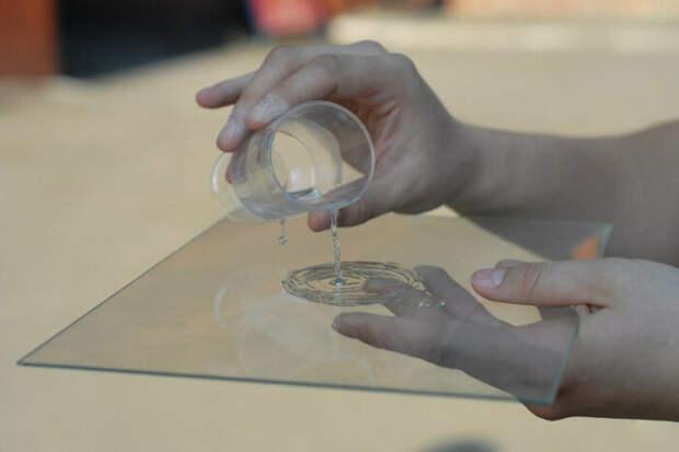 Можно использовать зеркало или стекло. /Фото: sovet.boltai.com.