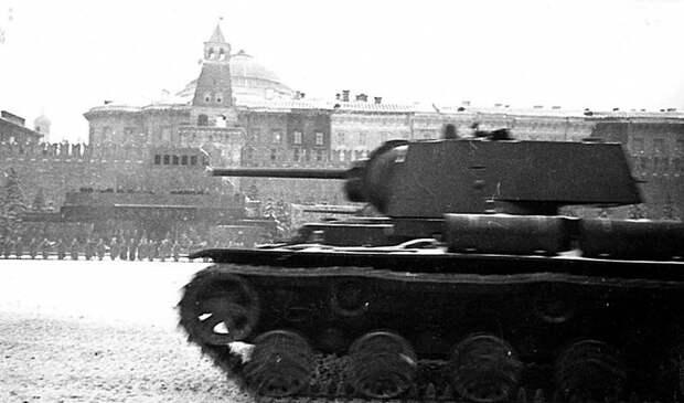 Танки КВ-1 на Красной площади во время парада 7 ноября 1941-го года. Велика Отечественная война, История Родины, СССР