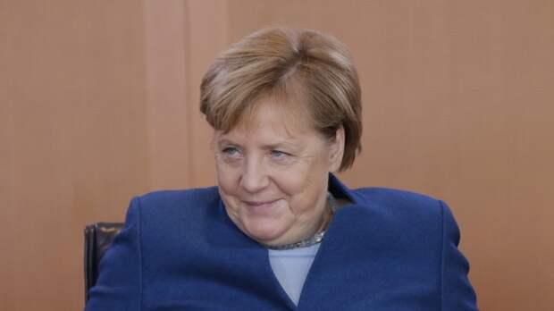 Хайп по-немецки: Меркель нарисовали голой верхом на медведе