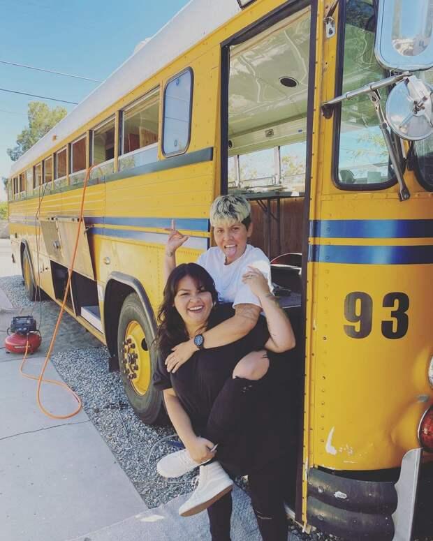 Две лесбиянки из США купили старый школьный автобус и превратили его в дом на колесах