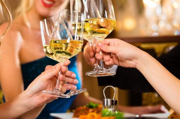 Просите, чтобы алкоголь подавали вместе с блюдом. / Фото: goodfon.ru