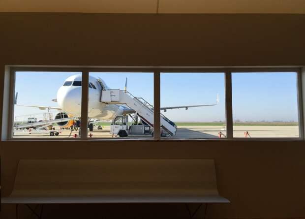 В аэропорту Шереметьево пассажир открыл дверь самолёта
