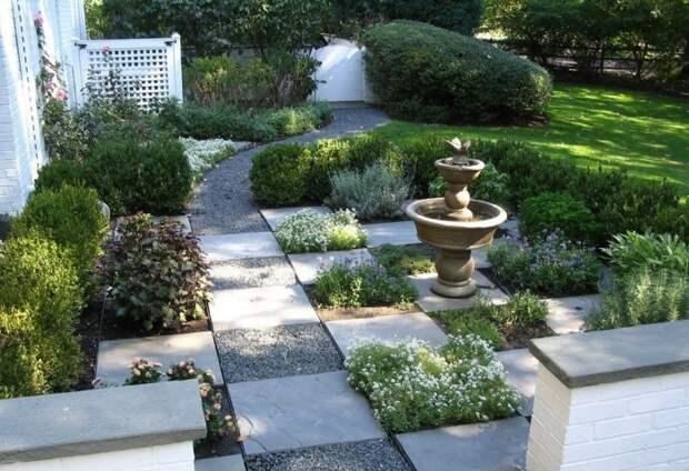 Квадратные дорожки из камня и гальки в интерьере садового участка.