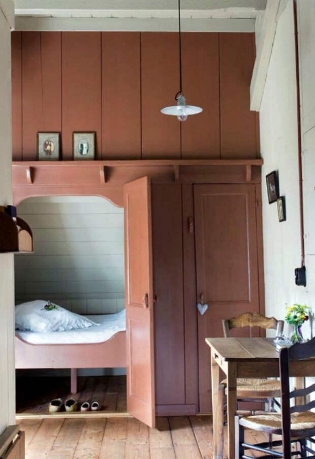 Кровать в платяном шкафу.