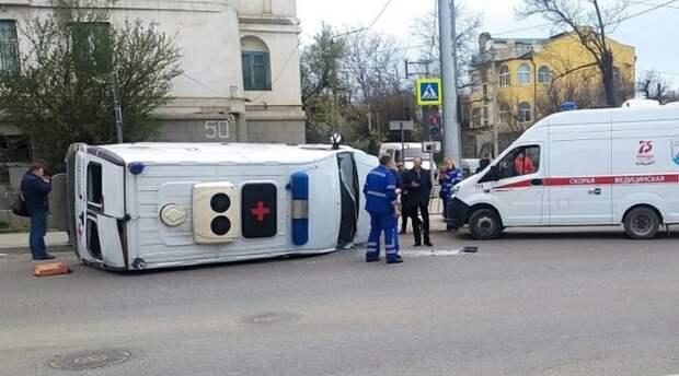 Машина скорой помощи перевернулась в Севастополе