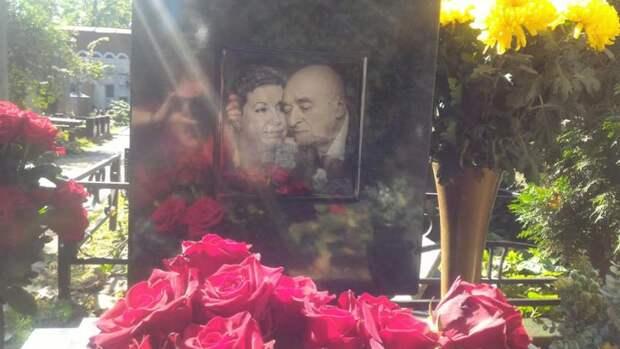 Памятник Владимиру Этушу  с совместной фотографией покойного и его жены Елены, ныне живой. Фото с сайта rusevik.ru