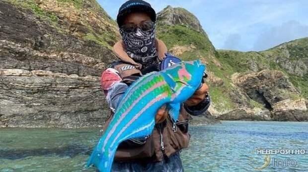 Мужчина поймал рыбу, в реальность которой трудно поверить