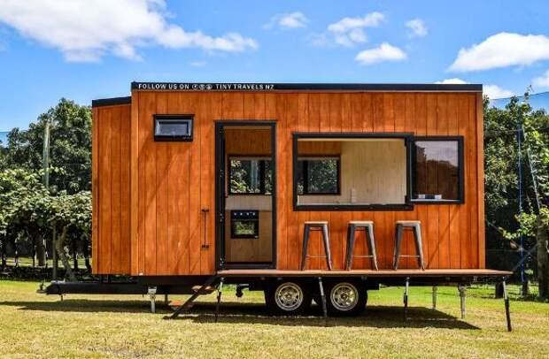 Мужчина построил крошечный дом на колесах и живет там с семьей
