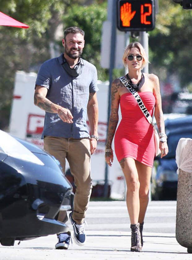 Нежные объятия: Брайан Остин Грин на прогулке с тату-моделью Тиной Луиз
