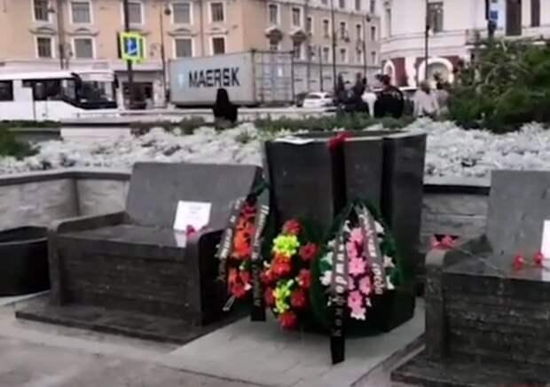 """Помним, скорбим"": скамейки-""саркофаги"" во Владивостоке не понравились ни людям, ни губернатору"